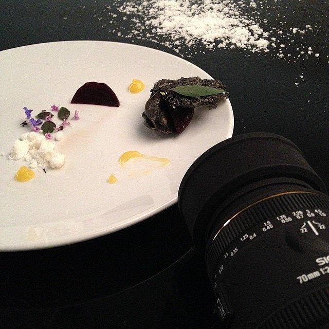 Jedynie mogę opisać co było na tym talerzu: filet z karpia, ravioli z kapustą i grzybami, puder fresh, sos pomarańczowy i jadalne kwiaty zostały. Reszta zniknęła nim instagram wkroczył do akcji :-)