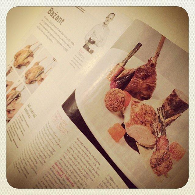 Do porannej kawy lektura kulinarna ilustrowana naszymi fotami. Bażant Adama Adamczaka w lutowym magazynie Kuchnia.