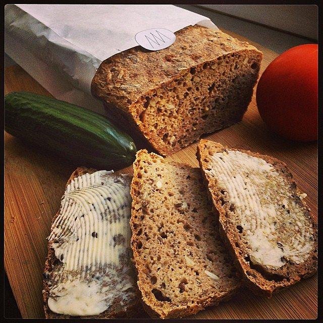 Wczoraj dostałem od Agaty Nalewajska pyszny domowy chleb. 100% mąka orkiszowa, siemię lniane, slonecznik. Pyszny! Do tego masło od rolnika, które podarowała mi Matylda! Pychota!